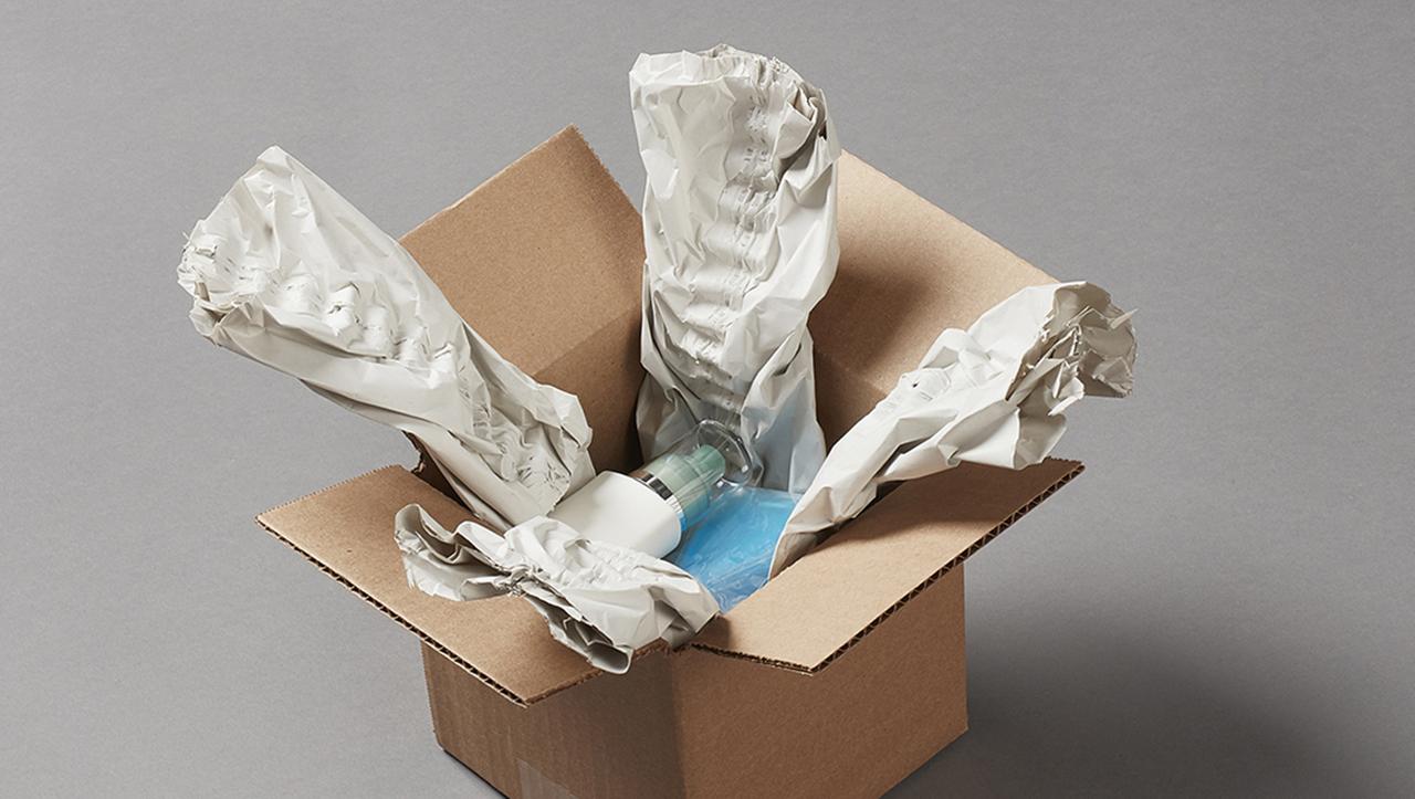 Pregis-Papierverpackung zum Schutz von Körperpflegeprodukten in einem Karton.